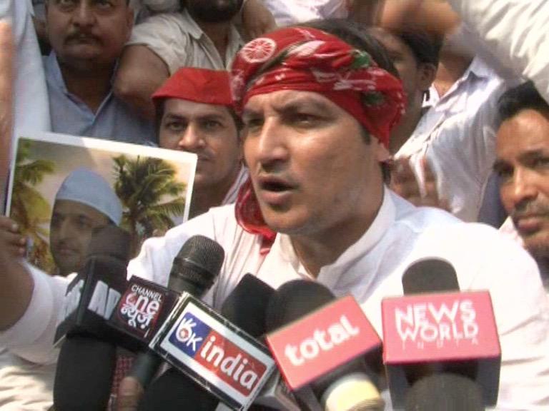 Image of अखिलेश के समर्थन में कार्यकर्ताओं की नेताजी से अपील