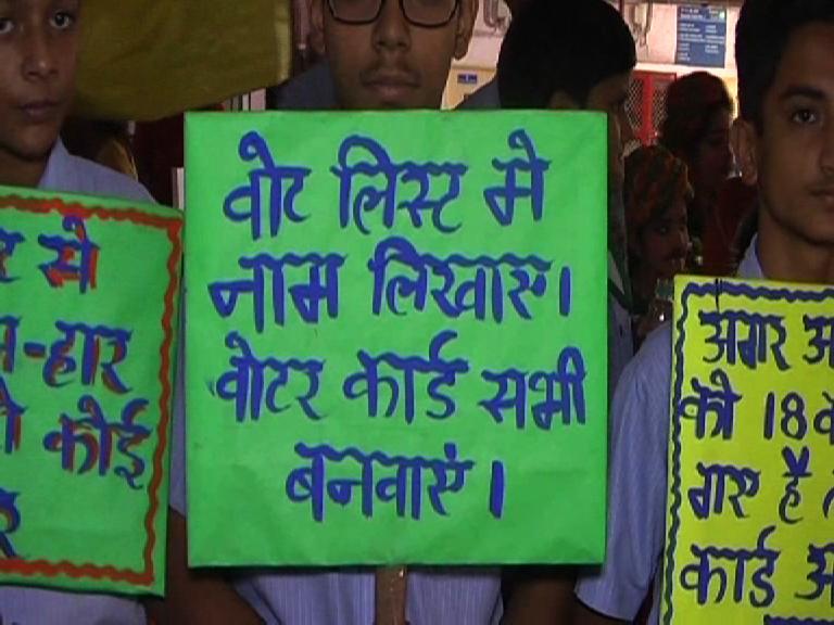 Image of  लक्ष्मी नगर मेट्रो स्टेशन पर युवाओं को वोट देने के लिए किया गया प्रेरित
