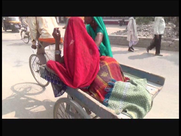 Image of अस्पताल में नहीं मिला इलाज, इलाज के लिए बेटी को रिक्शा पर लेकर निकला पिता