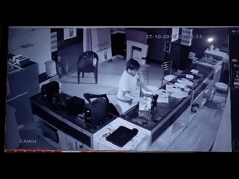 Image of देखिए चोर ने किया लाखों के सामान पर हाथ साफ