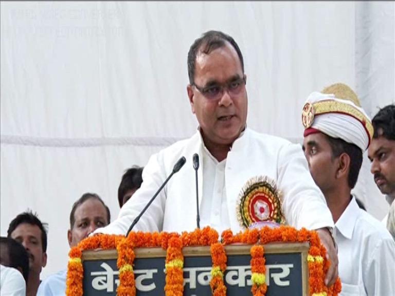 Image of सपा नेता की बदजुबानी, कहा: मंत्री नहीं होता तो एसपी को जूते से मारता