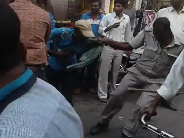 Image of पुलिसकर्मी ने पैसे मांगने पर रिक्शा चालक को बेरहमी से पीटा