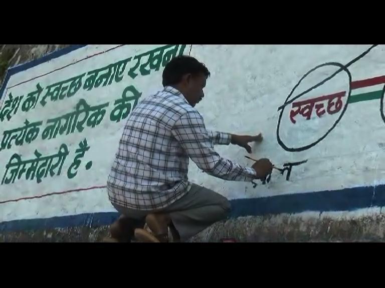 Image of  मिलिए ऐसे शख्स से जो स्वच्छता के लिए कर रहा है दिवार पर पेंटिंग