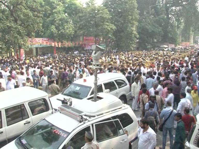 Image of अखिलेश और शिवपाल के समर्थकों में धक्का मुक्की