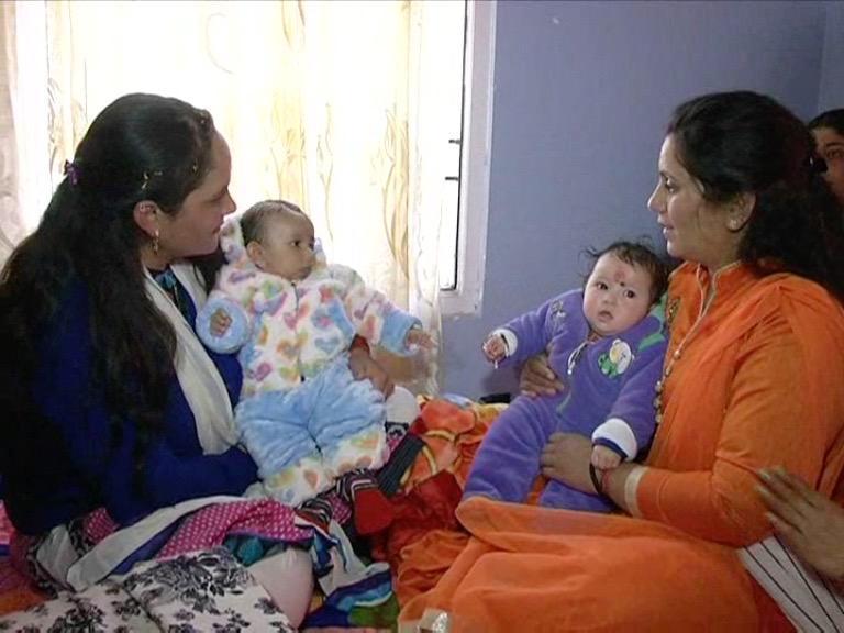 Image of डबल हुई दिवाली की खुशियां, असली मां-बाप से मिले मासूम