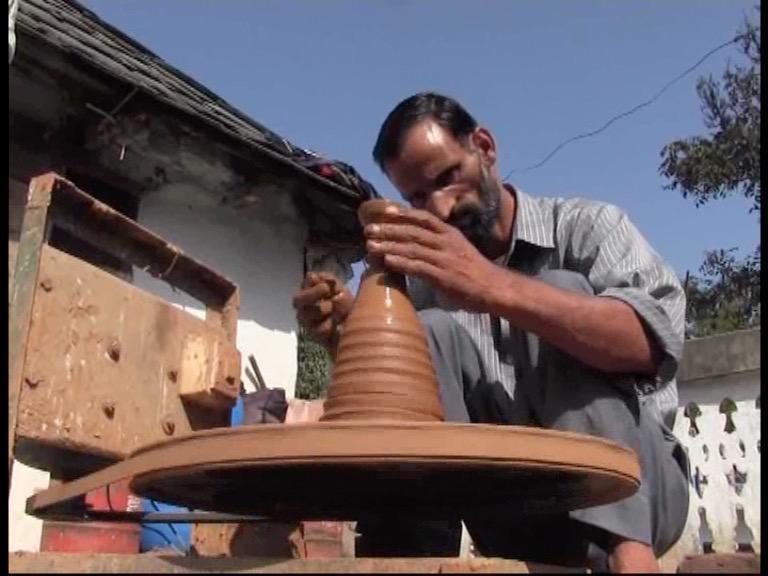Image of दिवाली पर दीए जलाने की गुहार, कौन सुनेगा एक कुम्हार की पुकार?