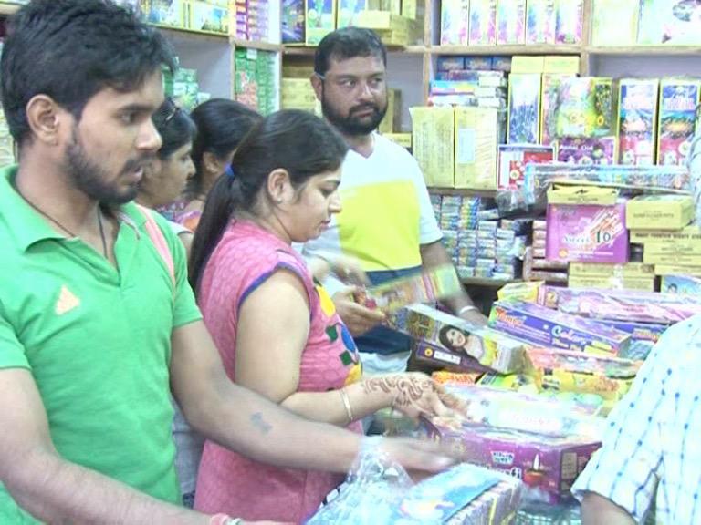 Image of दिल्ली : बैन के बावजूद धड़ल्ले से बिक रहे हैं चाइनीज पटाखे